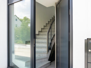 Eingangsbereich mit Treppenhaus, Mehrfamilienhaus An den Weichser Breiten, Regensburg