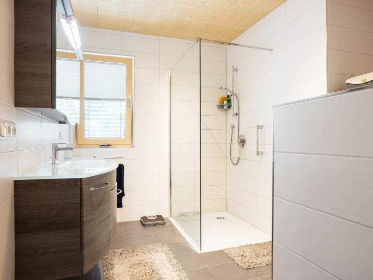 Badezimmer in einer Wohneinheit des Mehrfamilienhauses An den Weichser Breiten in Regensburg