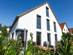 Rückseite der Doppelhaushälfte mit Garten und Terrasse.